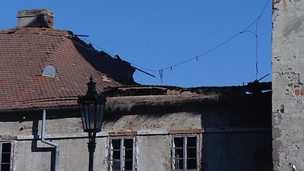 Zřícená část střechy na brtnickém zámku