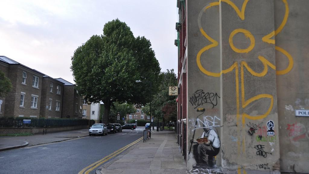 Banksyho graffiti (čtvrť Bethnal Green, Londýn)