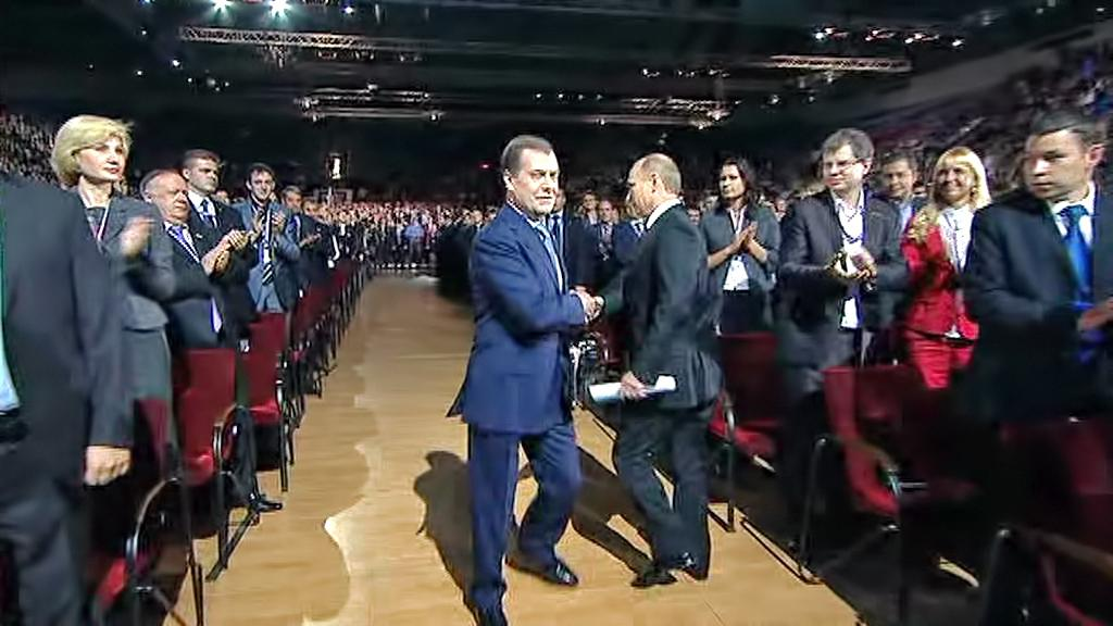 Vladimir Putin a Dmitrij Medvěděv si předávají štafetu