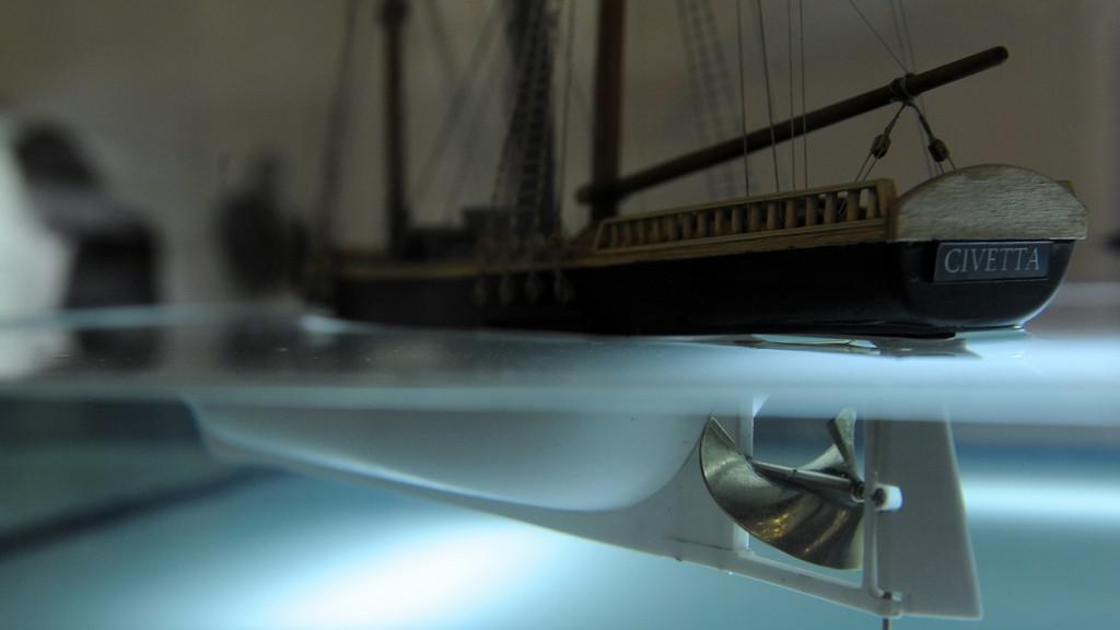 Model lodě ukazující funkci Resslova lodního šroubu
