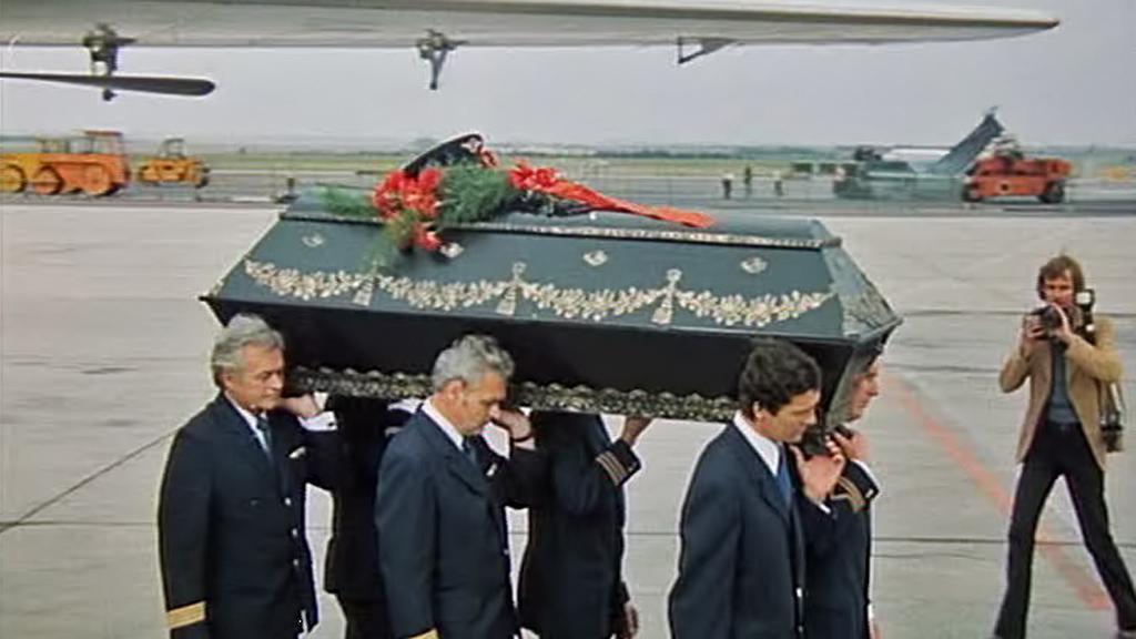 Pohřeb zastřeleného pilota v Mimikrách