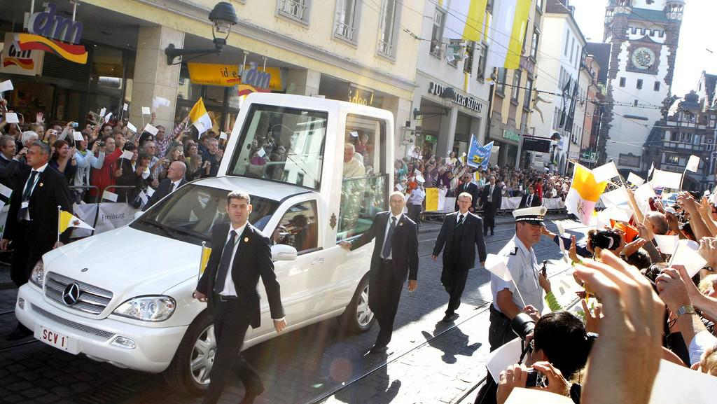 Papež Benedikt XVI. v papamobilu