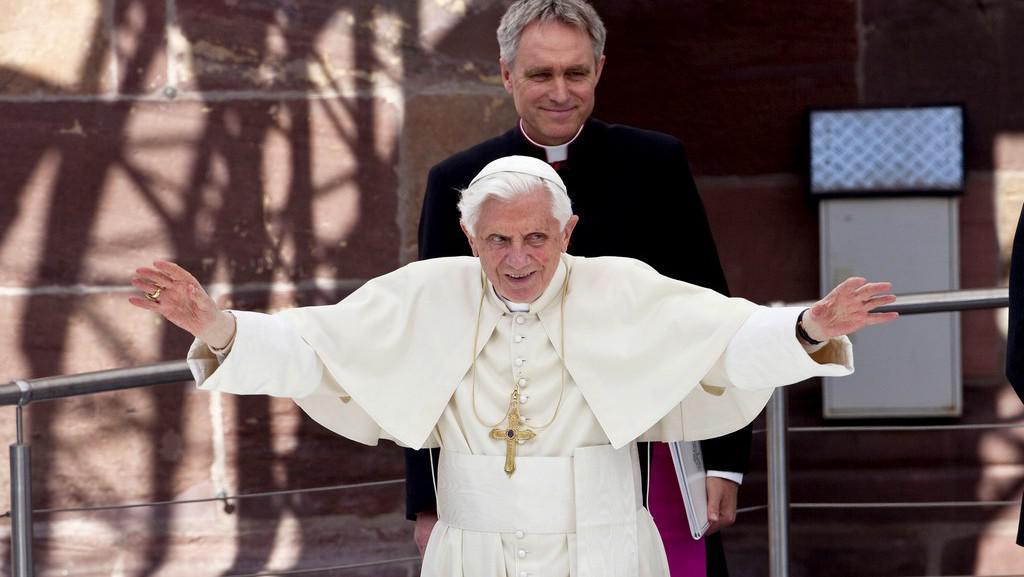 Benedikt XVI. žehná lidem
