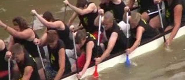 Posádka dračí lodi při závodě