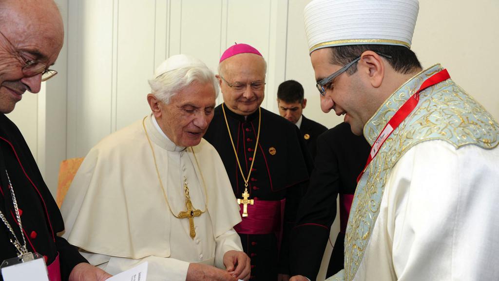 Papež Benedikt XVI. při setkání s profesorem islámské teologie Alim Derem