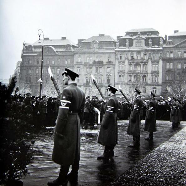 Smuteční shromáždění 18. února na Říšském náměstí (náměstí Míru)