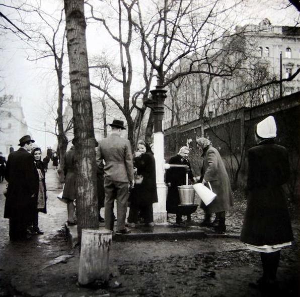 Po únorovém náletu chodili mnozí Pražané pro vodu k obecním pumpám