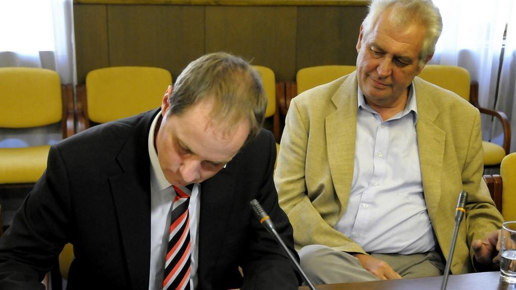 Petr Gazdík podepisuje petici za přímou volbu