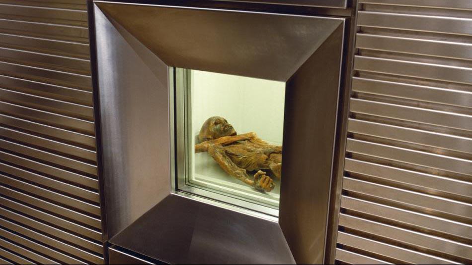 Mumie Ötzi v bolzanském muzeu