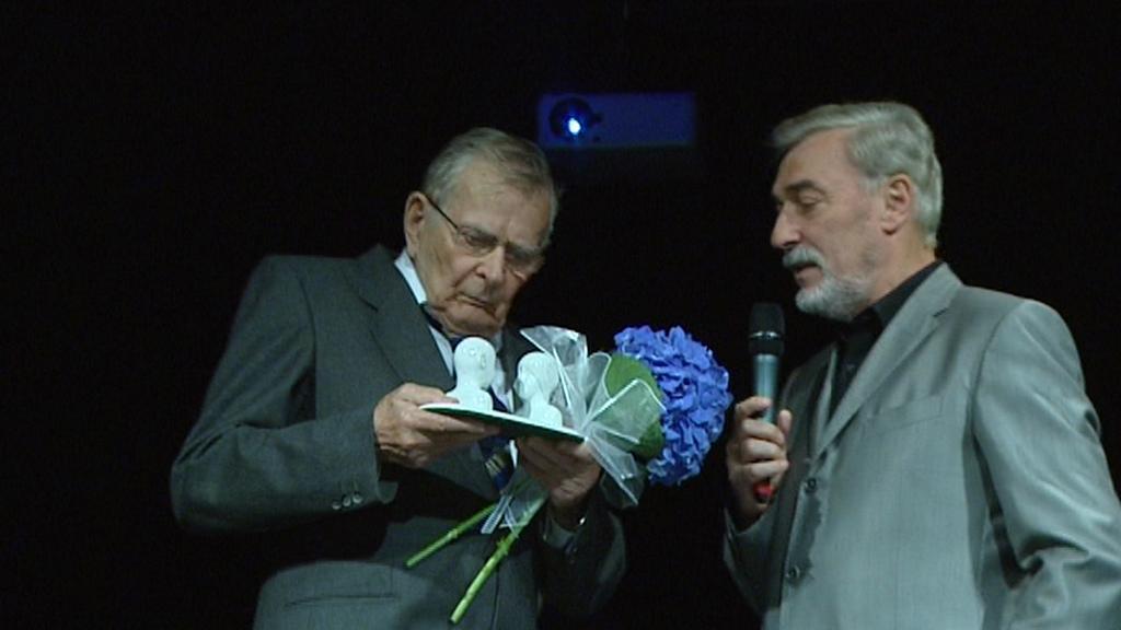 Jan Skopeček přijímá cenu za dabing