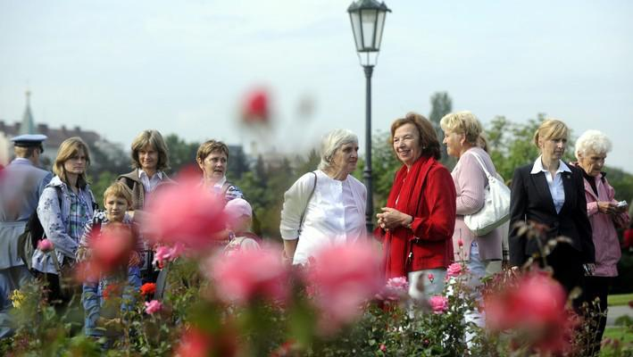 První dáma ukazuje návštěvníkům tzv. produkční zahradu