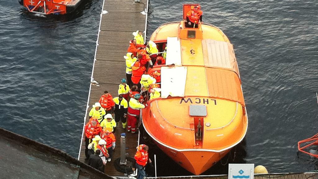 Záchrana cestujících z hořícího trajektu