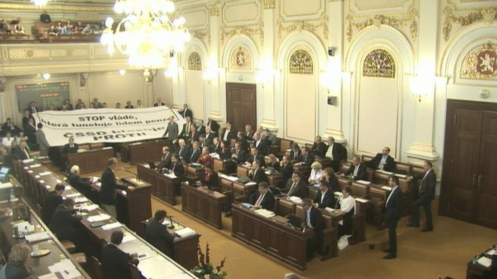 Poslanci ČSSD roztáhli ve sněmovně plakát proti důchodové reformě