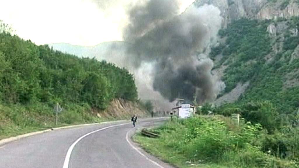 Hořící celnice na kosovsko-srbské hranici