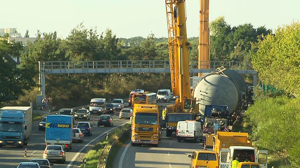 Nadměrný náklad zablokoval rychlostní silnici