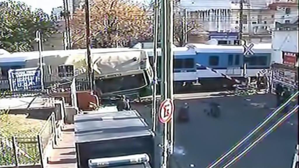 Nehoda autobusu a dvou vlaků v Buenos Aires