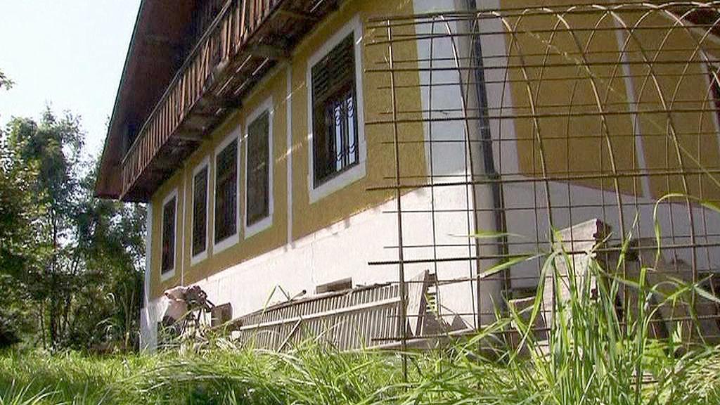 Dům, kde otec věznil a týral dvě dcery