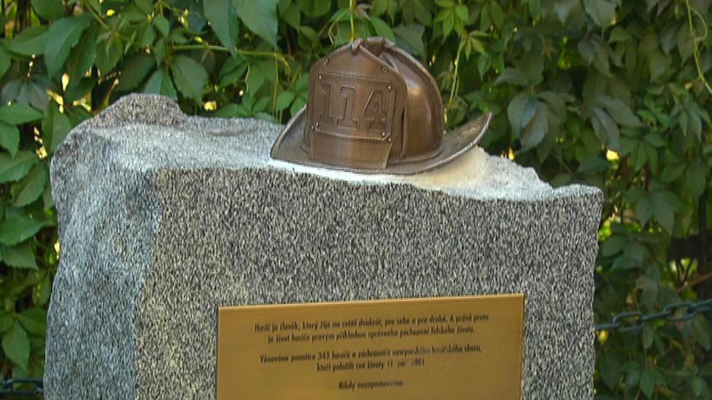 Pomník odhalený na Kampě