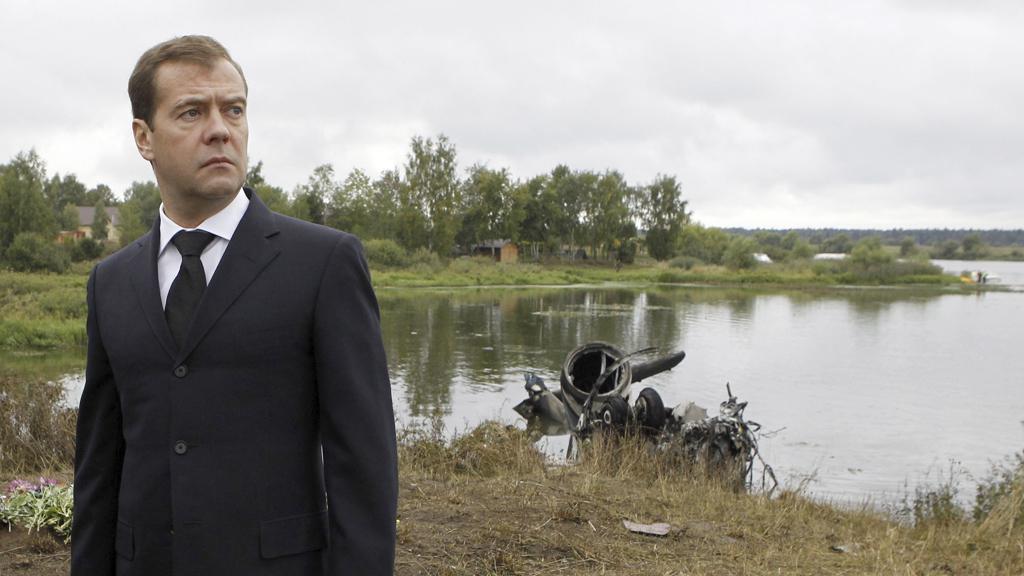 Dmitrij Medvěděv na místě nehody v Jaroslavli