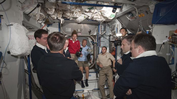 Posádka ISS a raketoplánu Atlantis na Mezinárodní vesmírné stanici