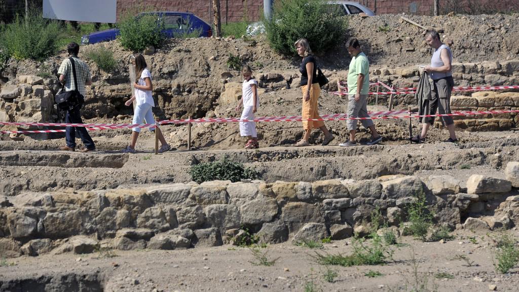 Návštěvníci si prohlížejí odhalené vykopávky
