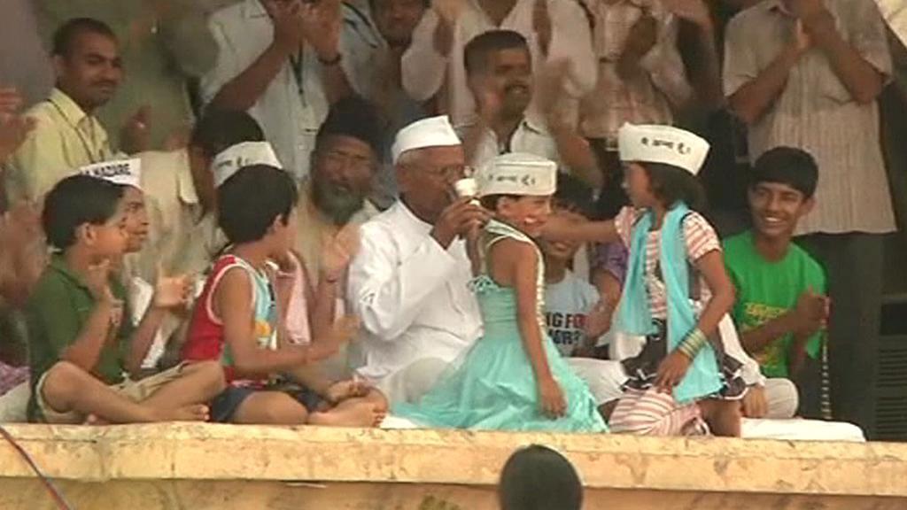Anna Hazare se po hladovce napil kokosového mléka