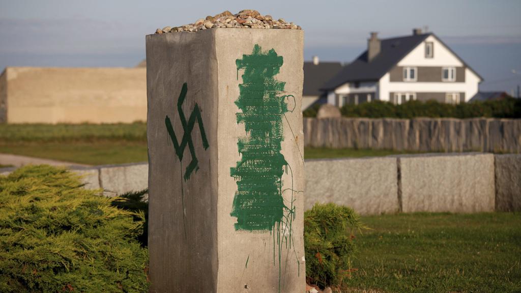 Vandalové poničili pomník v Jedwabném