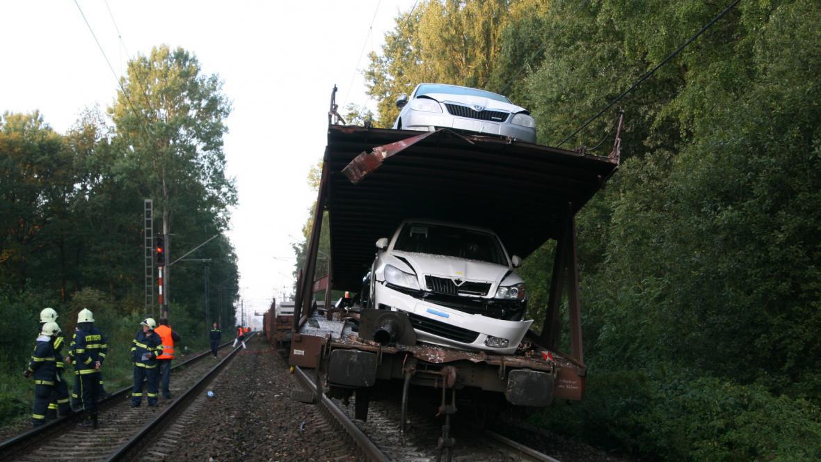 Osobní auta na poškozeném vagonu