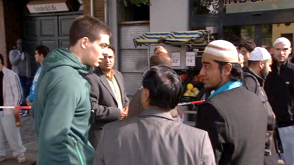 Muslimové na místě střelby před kodaňskou mešitou