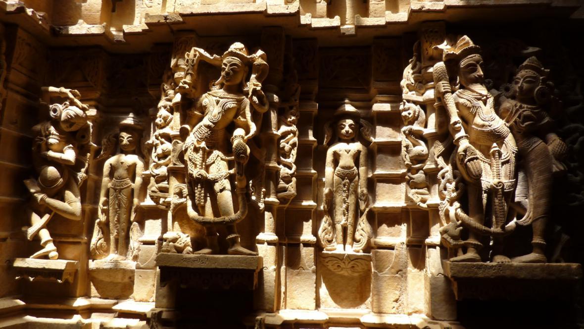 Sochy v džinistickém chrámu v Jaisalmeru