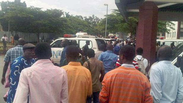 Budovou OSN v Nigérii otřásla exploze