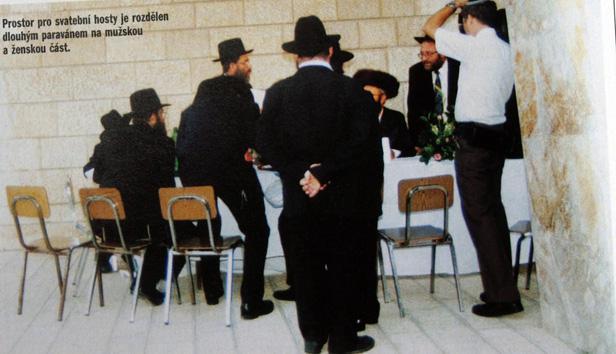 Svatební hosté v mužské sekci