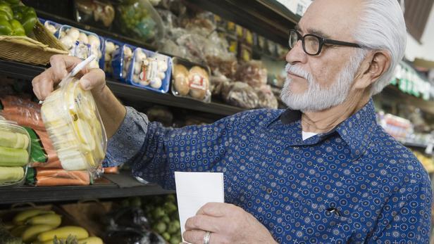 Důchodce na nákupech