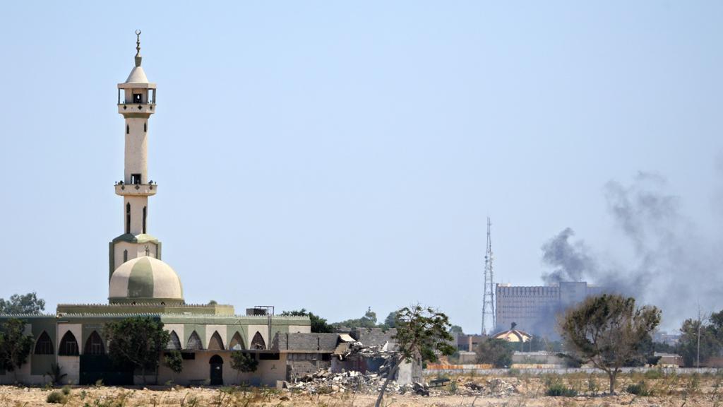 Z Kaddáfího komplexu v Tripolisu stoupá dým