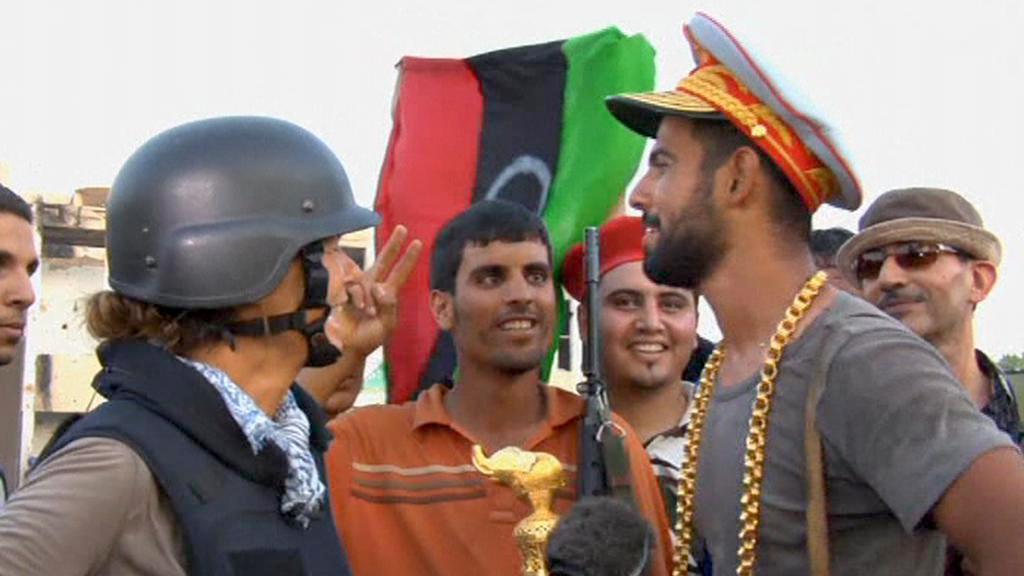 Povstalec si odnesl z Kaddáfího domu jeho čepici