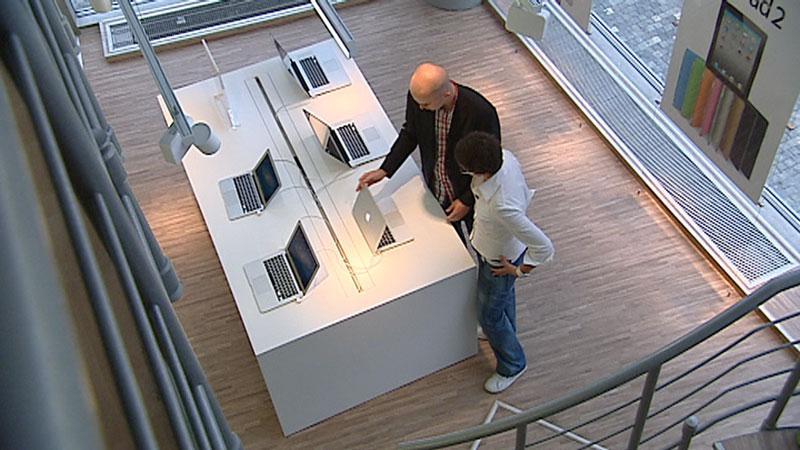 Lukáš Kuzmiak v prodejně, odkud pocházel jeho ukradený notebook