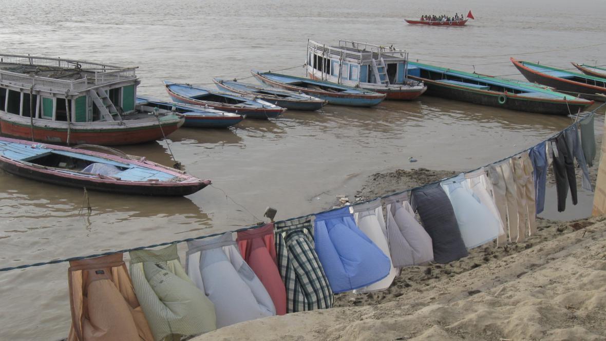 Sušení prádla na břehu Gangy
