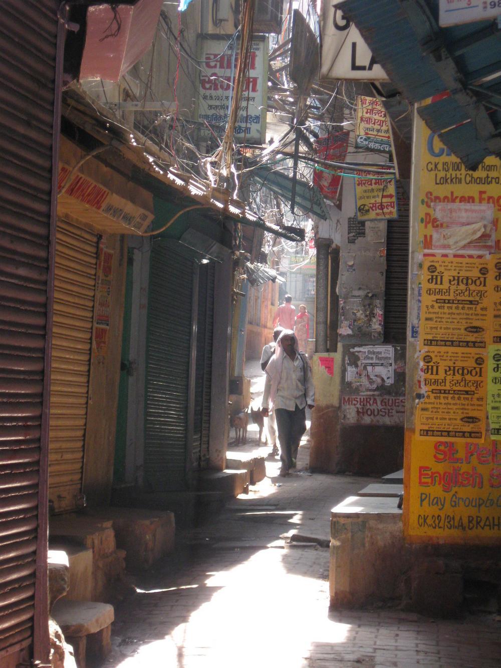Ulička ve Varanasí