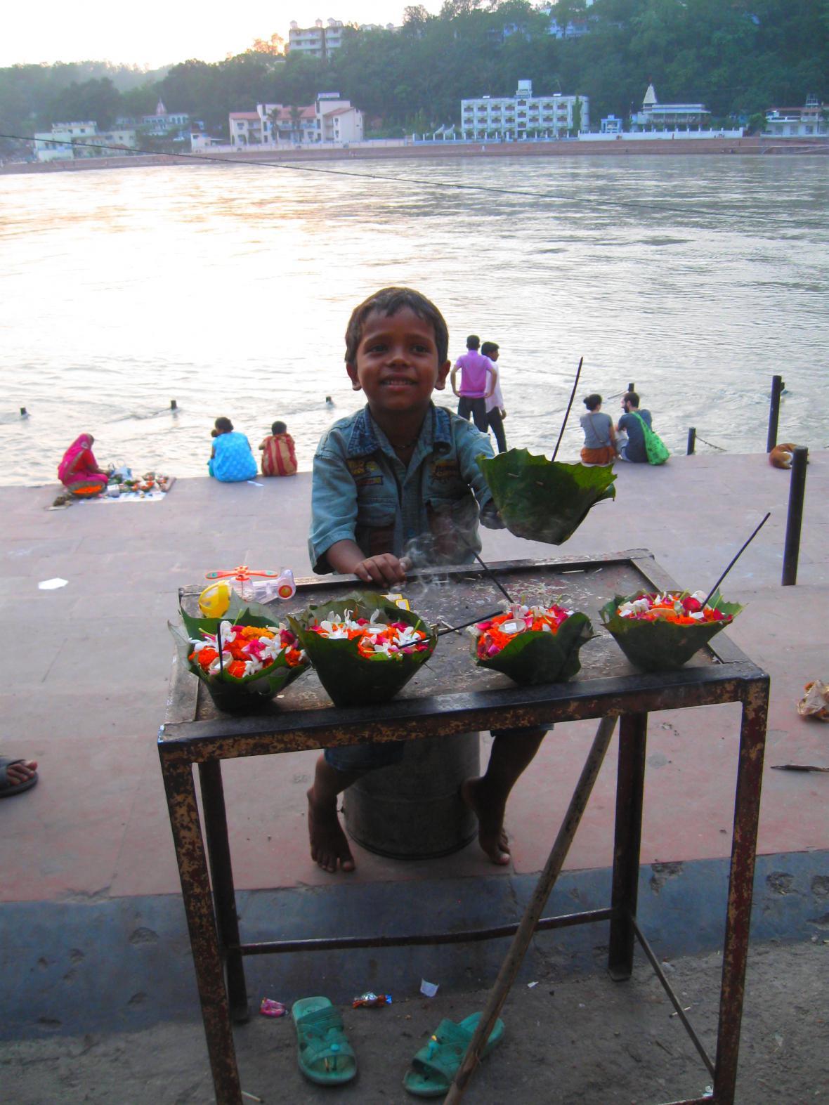 Indické dítě u posvátné Gangy