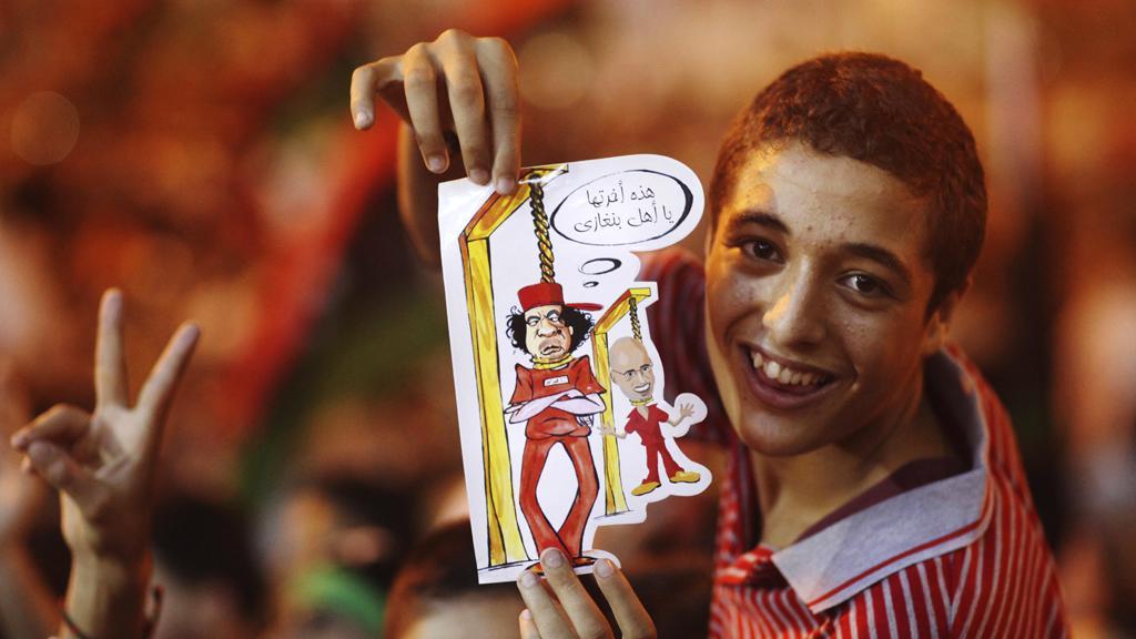 Libyjci oslavují zajetí Kaddáfího synů a vstup povstalců do Tripolisu