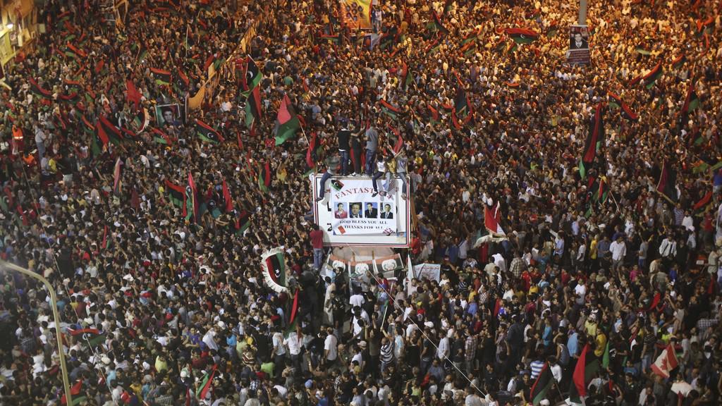 Oslavující lidé v ulicích Tripolisu