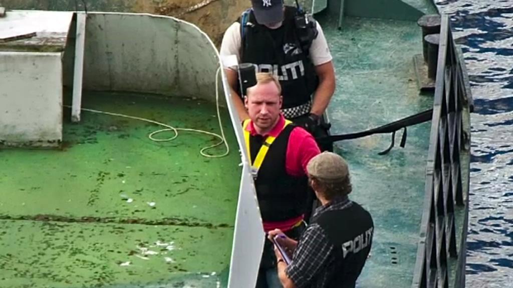 Anders Breivik při rekonstrukci svého činu na Utöye