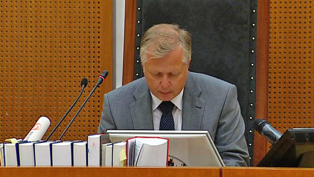 Soudce Hugo Abelseth oznamuje prodloužení Breivikovy izolace