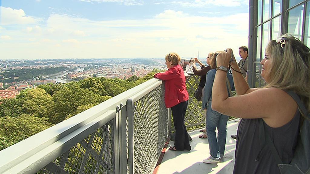Turisté na petřínské rozhledně