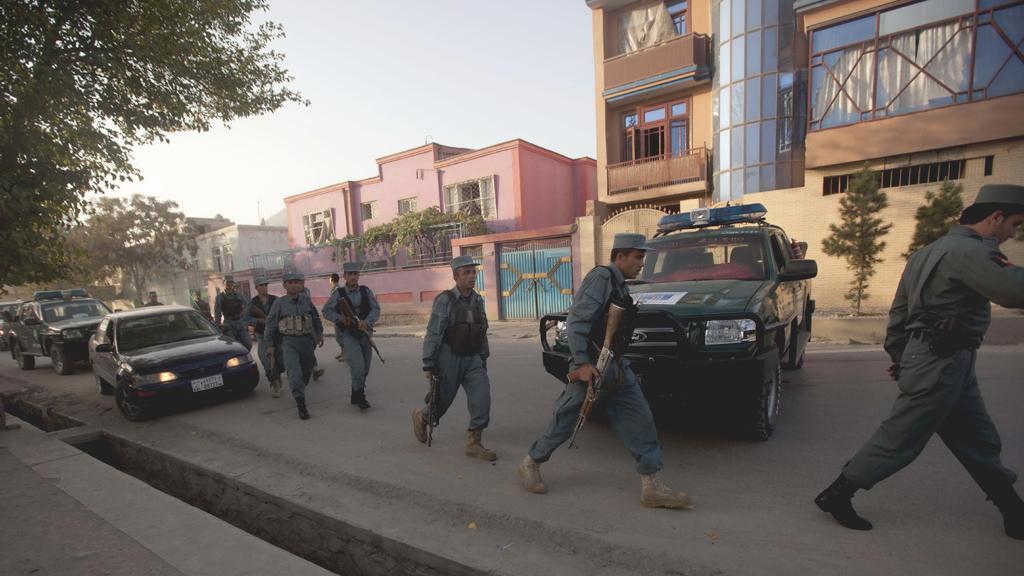 Afghánská policie hlídá okolí British Council v Kábulu