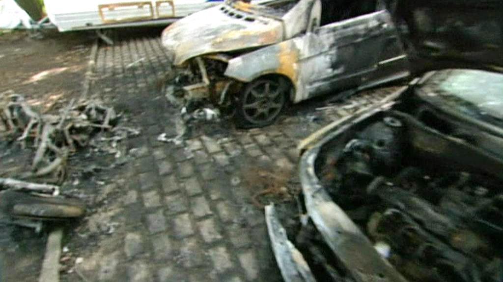 Ohořelé vraky aut v berlínských ulicích