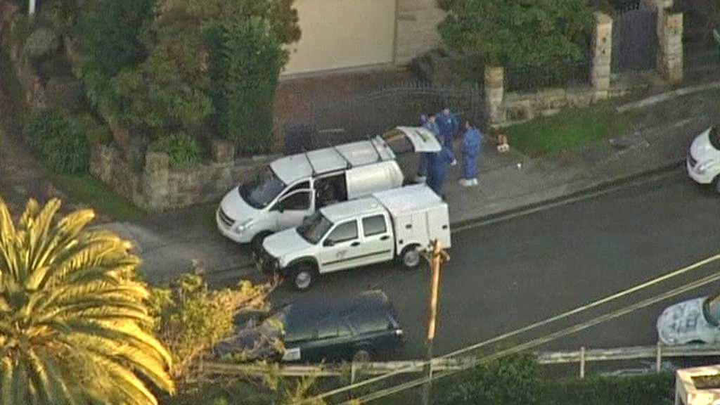 Zásah australské policie před domem Pulverových