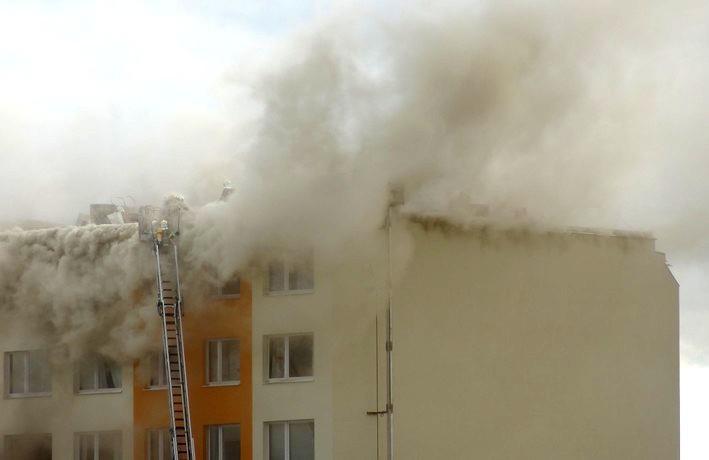 Požár panelového domu v Nových Butovicích