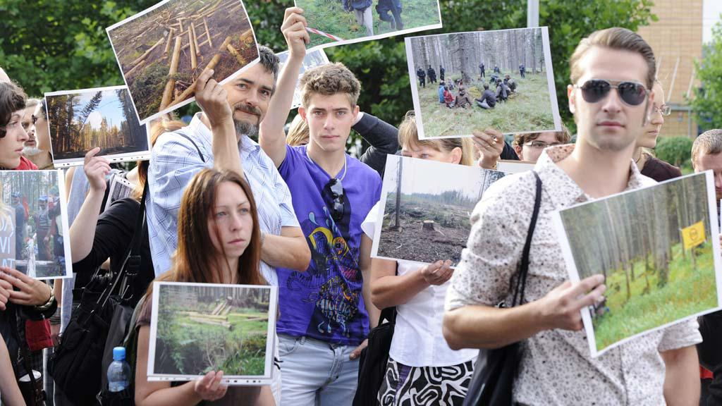 Demonstraci proti kácení na Šumavě