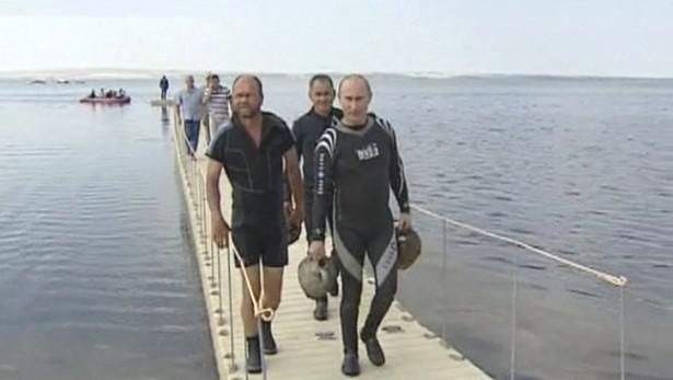 Vladimir Putin si odnáší svůj archeologický nález